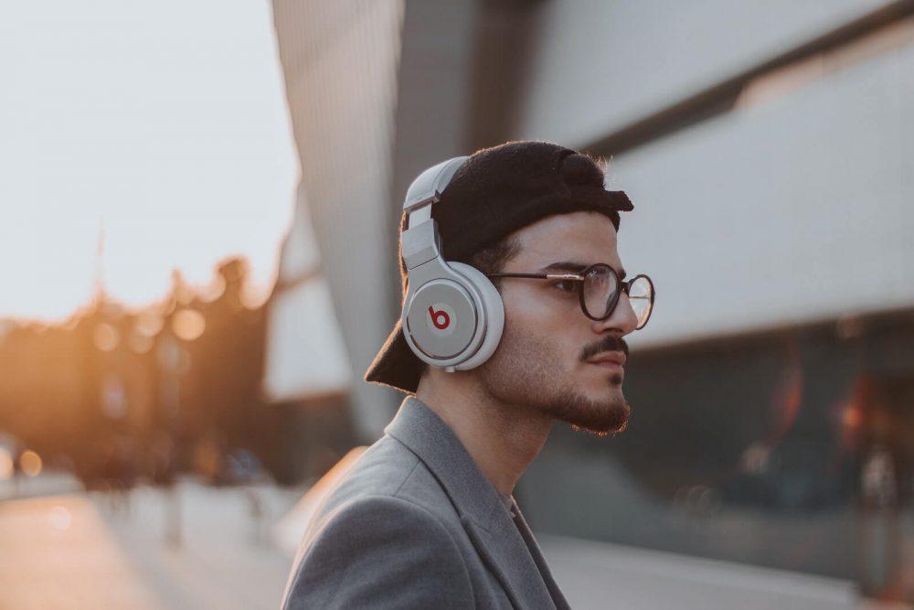 earbuds vs- headphones - comfort