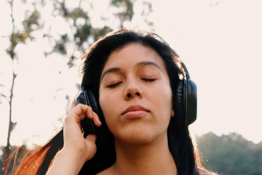 earbuds vs- headphones - noise cancelation